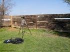 Bretterwand als Beobachtungsversteck. Die zentrale Wasserfläche ist von Verstecken dieses Typs vollständig eingefasst. / Wall of planks as observatory.